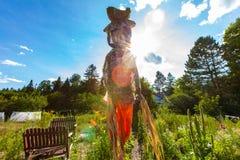 Espantalho em um jardim da comunidade fotos de stock royalty free