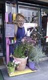 Espantapájaros delante de un restaurante francés Imagenes de archivo