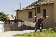 Espantapájaros en un jardín en Toscana, Italia Foto de archivo