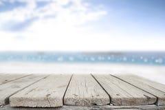 Espaço da mesa no lado da praia e no dia ensolarado Foto de Stock Royalty Free