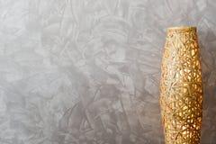 Espaço da parede com a lâmpada do bambu do weave Fotografia de Stock