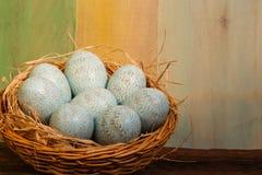Espaço feliz de Duck Eggs Wicker Basket Copy da Páscoa Imagem de Stock