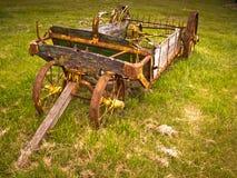 Esparcidor de abono traído por caballo viejo Fotos de archivo libres de regalías