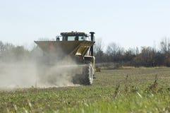 Esparcidor del fertilizante de la granja Fotos de archivo libres de regalías
