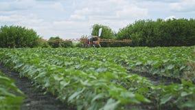 Esparcidor del fertilizante Rociadura de la agricultura Riego de la agricultura almacen de video