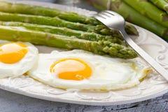 Espargos com ovos Imagens de Stock Royalty Free
