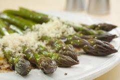 Espargos com Parmesão e Vinaigrette balsâmico Foto de Stock