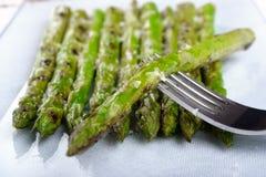 Espargos deliciosos com sal de Maldon Imagem de Stock