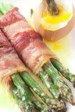 Espargos envolvidos bacon imagens de stock royalty free
