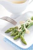 Espargos verdes frescos com hollandaise Imagem de Stock Royalty Free