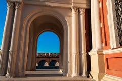 específico el arco del templo en el cual está la pieza visible de la pared del Kremlin ` de la abstracción del arco en el ` del a foto de archivo