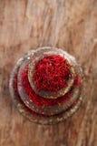 Especia del azafrán en los pesos antiguos de los cuencos del hierro del vintage apilados Foto de archivo libre de regalías