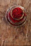 Especia del azafrán en los pesos antiguos de los cuencos del hierro del vintage apilados en w Fotografía de archivo