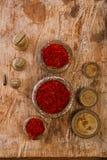Especia del azafrán en pesos antiguos de los cuencos del hierro del vintage en de madera Imagen de archivo libre de regalías