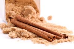 Especia del cinamomo y azúcar de Brown imagenes de archivo