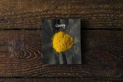 Especia del curry con el nombre escrito en el papel imagen de archivo libre de regalías
