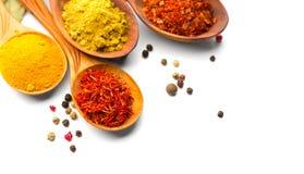especia Diversas especias en cucharas de madera sobre blanco Curry, azafrán, cúrcuma, canela imagenes de archivo