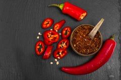 Especia en cocinar la pimienta de chile rojo en piedra negra fotos de archivo