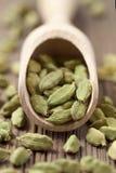 Especia verde del ayurveda del superfood de las semillas del cardamomo en a imagenes de archivo