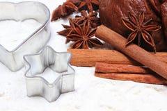 Especia y accesorios para cocer con la pasta para el pan de jengibre Imagenes de archivo