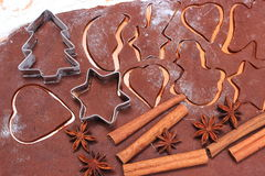Especia y accesorios para cocer en la pasta para las galletas de la Navidad Fotos de archivo