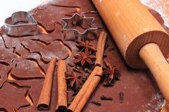 Especia y accesorios para cocer en la pasta para las galletas y el pan de jengibre de la Navidad Imagen de archivo