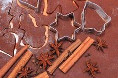 Especia y accesorios para cocer en la pasta para las galletas y el pan de jengibre de la Navidad Fotos de archivo