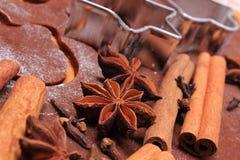 Especia y accesorios para cocer en la pasta para las galletas y el pan de jengibre de la Navidad Fotografía de archivo