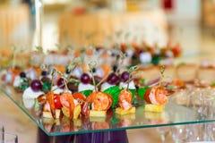 Especialidades dos petiscos, dos peixes e da carne no bufete Uma recepção da gala Tabelas seridas catering imagens de stock
