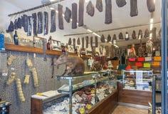 Especialidades tradicionales italianas en tienda Imagen de archivo libre de regalías