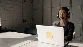 Especialista asesor corporativo que trabaja en ayuda acertada de la ayuda almacen de video