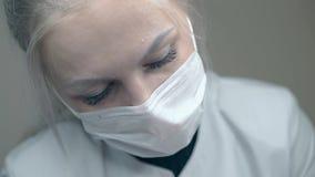 Especialista concentrado da cosmetologia do sal?o de beleza na m?scara vídeos de arquivo