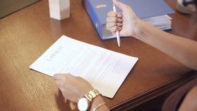 Especialista das mulheres que assina o documento financeiro no banco video estoque