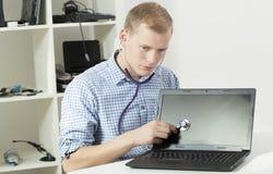 Especialista de computador com estetoscópio Fotos de Stock