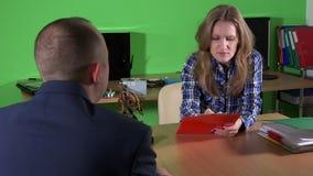 Especialista de computador fêmea para dar a tabuleta reparada ao homem do cliente no terno filme