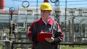Especialista de la ingeniería eléctrica en la estación del calor almacen de video