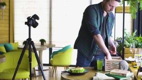 Especialista del estilo de la comida que trabaja en el plato asiático del estilo almacen de video