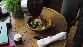 Especialista del estilo de la comida que trabaja en el plato asiático del estilo almacen de metraje de vídeo