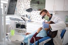 Especialista dental que verifica acima dos dentes dos patient's foto de stock