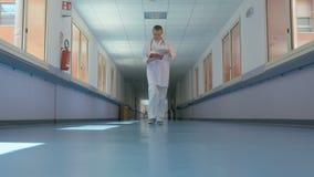 Especialista em um uniforme branco no trabalho video estoque