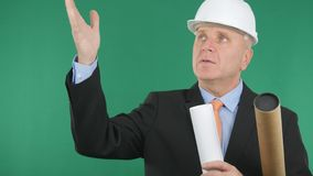 Especialista Engineer con planes a disposición que gesticula y que habla fotografía de archivo libre de regalías