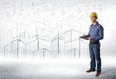 Especialista hermoso de la construcción con el dibujo de la ciudad en fondo Fotografía de archivo