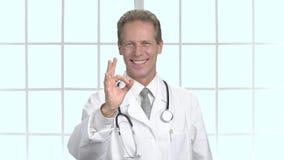 Especialista médico feliz que gesticula muy bien metrajes