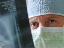 Especialista Physician Surgeon Intensely de la atención sanitaria imagenes de archivo