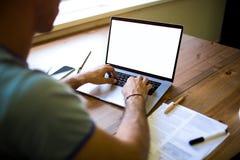 Especialista profissional da publicação do homem que escreve o artigo para a rede social no laptop portátil fotografia de stock royalty free