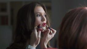 Especialista que hace el maquillaje para el modelo Entre bastidores de la industria de moda almacen de video