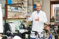 Especialista que presenta cerca del equipo ortopédico Imágenes de archivo libres de regalías