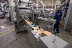 Especialista que trabaja en la máquina para los trapos de empaquetado Fotografía de archivo libre de regalías