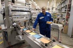 Especialista que trabaja en la máquina para los trapos de empaquetado Fotos de archivo libres de regalías