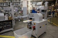 Especialista que trabaja en la máquina para los trapos de empaquetado Fotografía de archivo